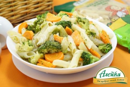 Макароны с брокколи и морковью