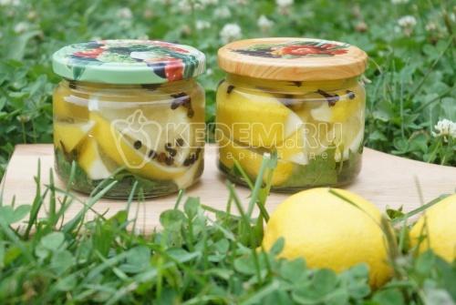 Маринованные лимоны с листьями смородины