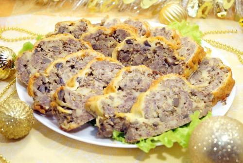 Мясной рулет с грибами и сыром «Новогодний»