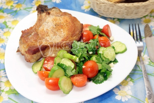 Мясо на косточке с салатом