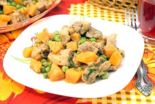 Мясо с тыквой и зеленым горошком