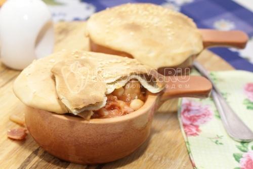 Мясо в горшочках с помидорами и фасолью
