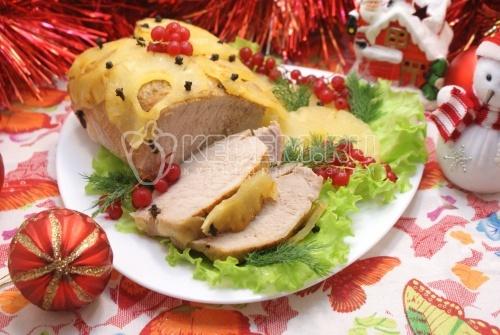 Мясо запеченное с ананасами