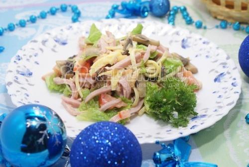 Новогодний салат с ветчиной и сыром
