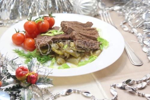 Отбивные из говядины томленые с луком и фасолью
