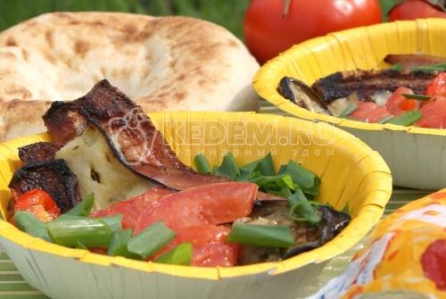 Овощи на гриле с копченостями