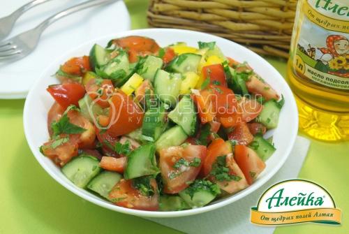 Овощной салат с чесночной заправкой на растительном масле
