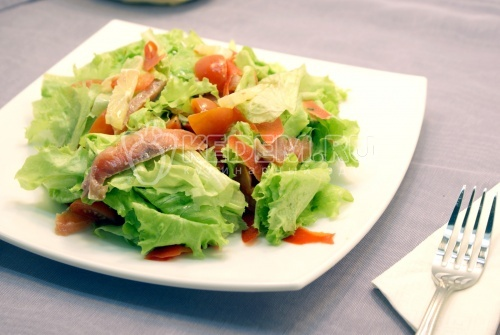 Овощной салат с красной рыбой
