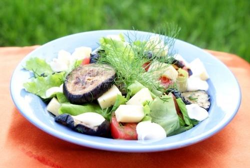 Овощной салат с печеными баклажанами