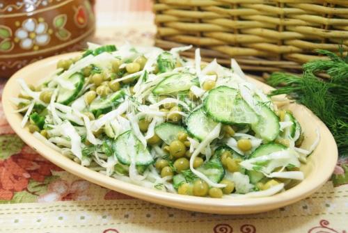 Постный салат с капустой и огурцом