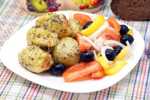 Пряный картофель с салатом