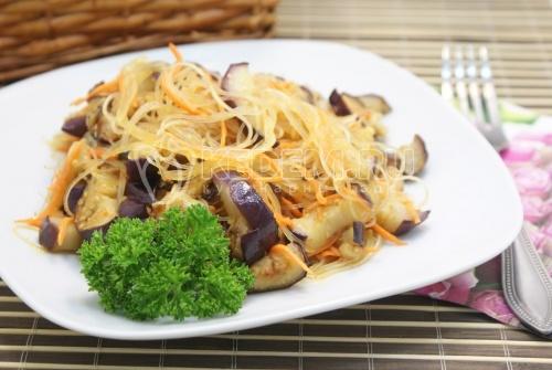 Салат из фунчозы с баклажанами - рецепт