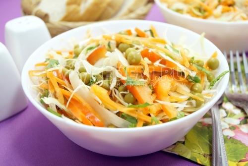 Салат из капусты с консервированным горошком - рецепт