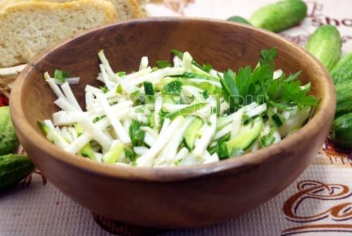 Салат из кольраби и огурцом Грин
