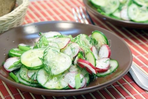 Салат из редиса с огурцом и маслом - рецепт