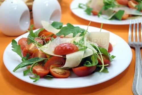 Салат из руколы с помидорами черри и сыром