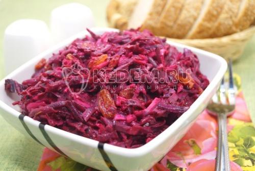 Салат из свеклы с чесноком и изюмом - рецепт
