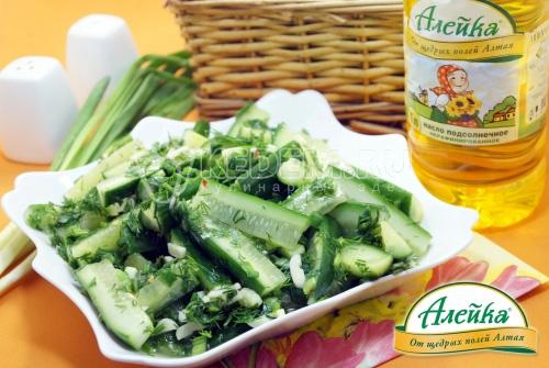 Салат Малосольные огурчики с зеленью и чесноком