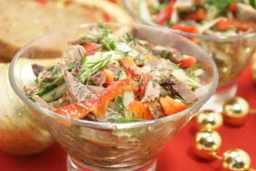 Салат с говядиной, овощами и зеленью