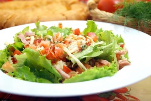 Салат с колбасой и помидорами Лион