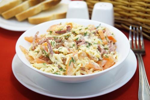 Салат с копченой колбасой и помидорами Виконт