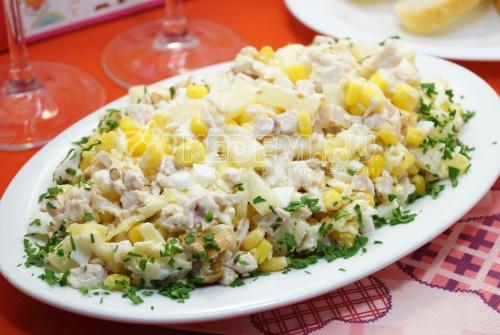 Салат с копченой курицей и ананасами Верона