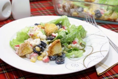 Салат  с крабовыми палочками, маслинами и сухариками