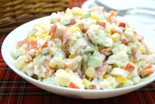Салат с крабовыми палочками, рисом и овощами Валенсия