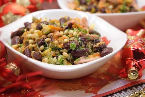 Салат с красной фасолью и кедровыми орешками