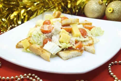 Салат с курицей и сухариками Новогодний дуэт
