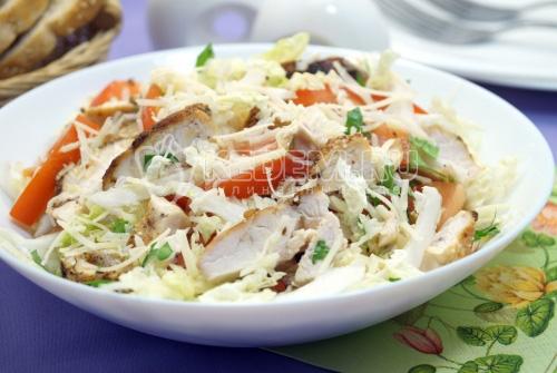Салат с курицей, пекинской капустой и помидорами