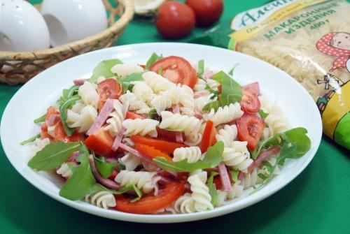 Салат с макаронами, салями и помидорами