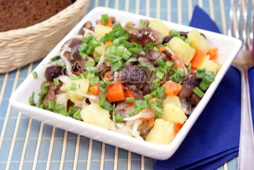 Салат с маринованными опятами
