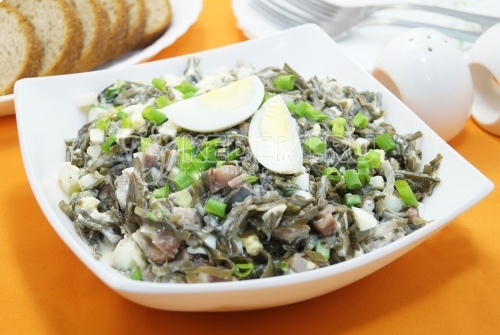 Салат с морской капустой и сельдью Бриз