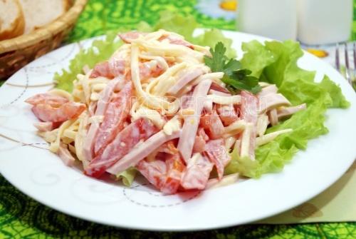Салат с помидорами и колбасой - рецепт
