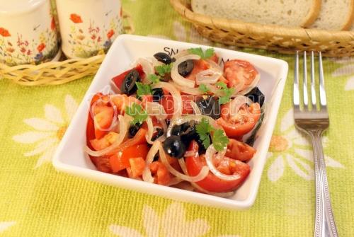 Салат с помидорами и маслинами