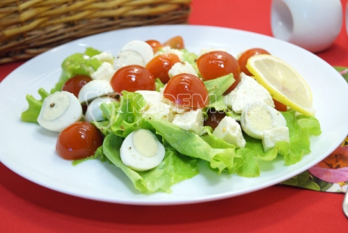 Салат с помидорами, сыром и перепелиными яйцами