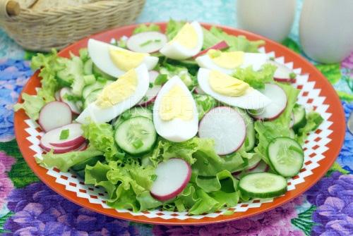 Салат с редисом, огурцом и яйцом Лето