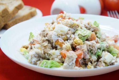 Салат с рисом и рыбой