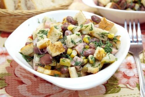 Салат с сухариками и фасолью Рита