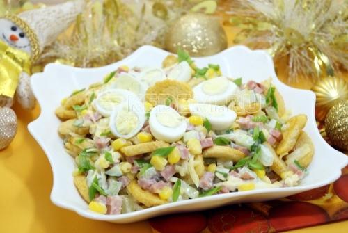 Салат с сухариками Новогодний переполох