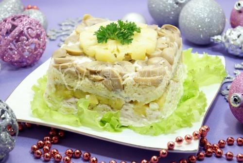 Слоеный салат с ананасами и грибами Этюд