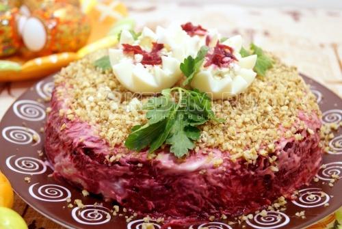 Слоеный салат с курицей и грецкими орехами «Добрыня»