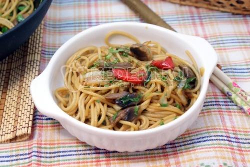 Спагетти с овощами и соевым соусом
