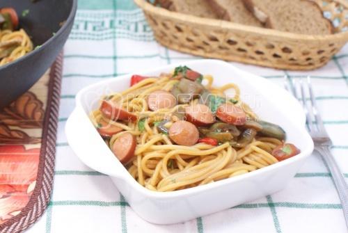 Спагетти с овощами и сосисками