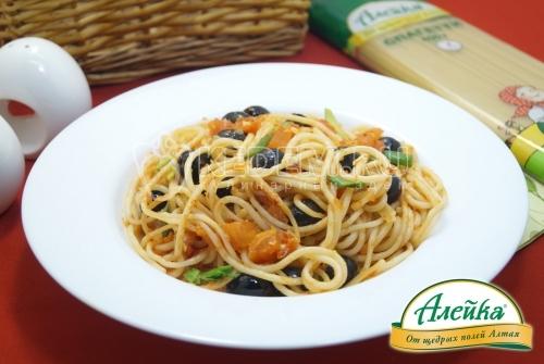 Спагетти с томатами и оливками