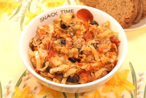 Тушеная капуста с помидорами и маслинами - рецепт