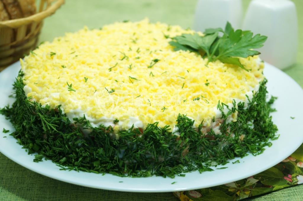 Салат с сухариками мимоз