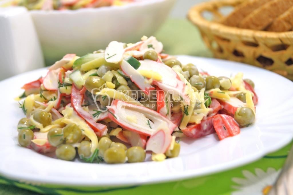Салат из крабовых палочек кукурузы и горошка