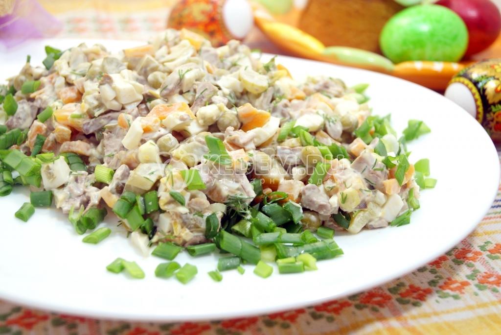 Салат из телячьей печени с соусом из грецких орехов